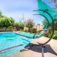 Downtown Bakersfield retreat. Pool/RV Parking/Tub/WiFi