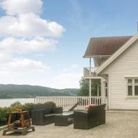Four-Bedroom Holiday Home in Ostereidet