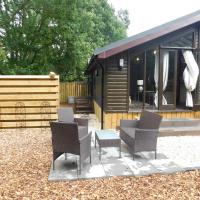 Squirrel Lodge at Owlet Hideaway - with Hot Tub, Near York