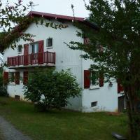 Maison familiale basque au pied de la montagne