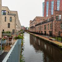 Stunning Peaceful Canal-side Home with Free Parking