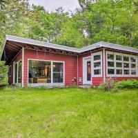 Cozy Cottage, 200 Feet to Pleasant Lakefront!