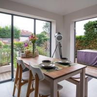 Beautiful Contemporary Home With Parking, Just 20 Mins To Manchester