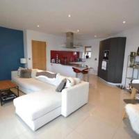 Luxury 2 Bed Apartment w/ Balcony & Free Parking