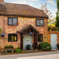 Quintessentially English 3-Bed Cottage in Farnham