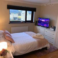 Lush Double Bedroom 19 min. train to Cardiff City