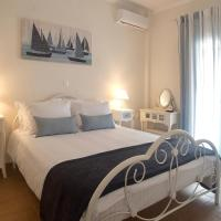 The Bluehouse - Spacious top floor flat with parking, by Mon Repos beach