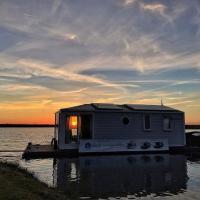 Lake-Side House Boat in Werkendam near National Park