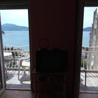 Nalazi se na 100m od plaze i centra grada. Mali apartman sa pogledom na more za prijatan boravak.