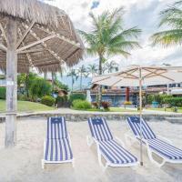 Linda casa com três suítes pé na areia da praia, em condomínio com praia privativa.
