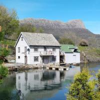 Holiday Home Risnes sjøbu (FJS132)