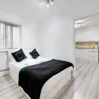 Ideally Situated Cosy Studio with Parking and Garden