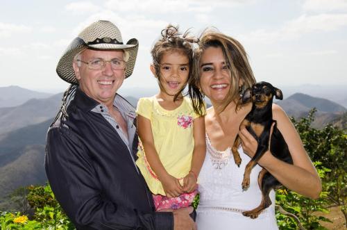 Sr. Rene, Sra. Nayara, Estefani e Josifina (Pinscher)
