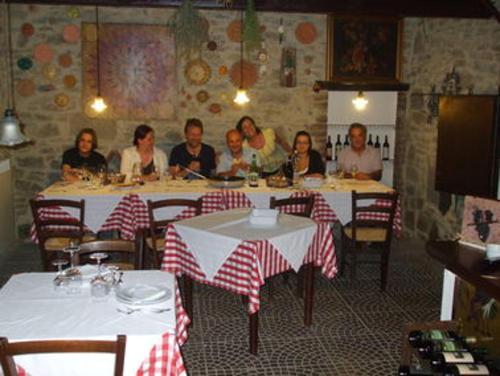 Giovanni e Chiara e alcuni ospiti