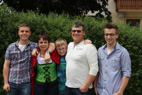 Josef Rosenkranz mit Frau und den drei Kindern